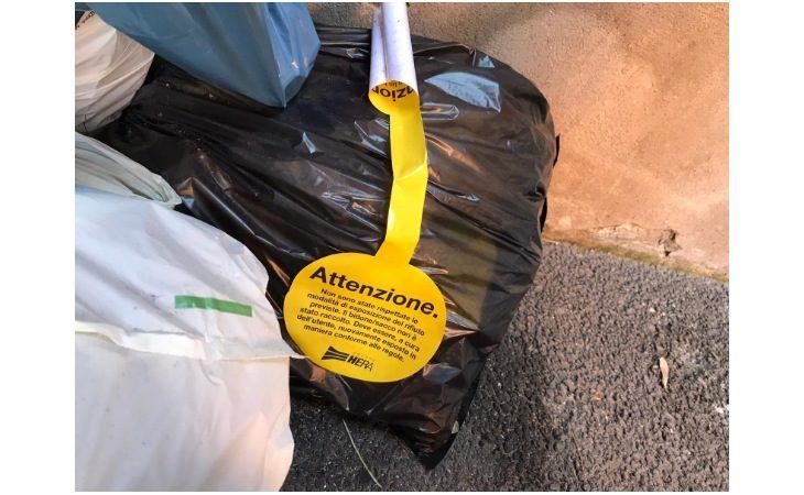 In centro a Imola spunta l'adesivo giallo sui tanti sacchi di rifiuti «sbagliati»