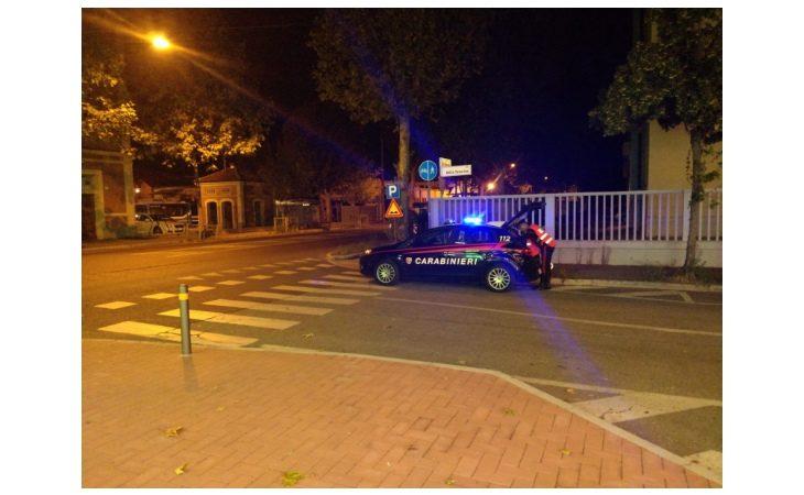 Guida un'auto con targa straniera apposta sopra a quella italiana per violare il Codice, denunciato 26enne