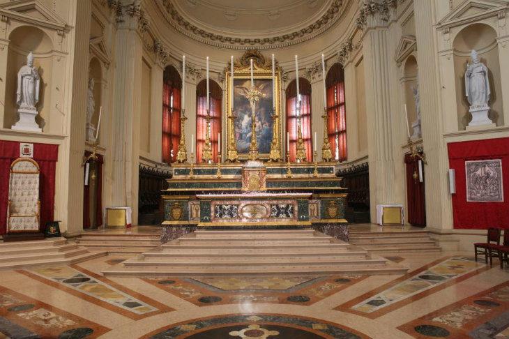 Messe con il pubblico sospese per tutto il fine settimana, le chiese restano aperte per la preghiera personale