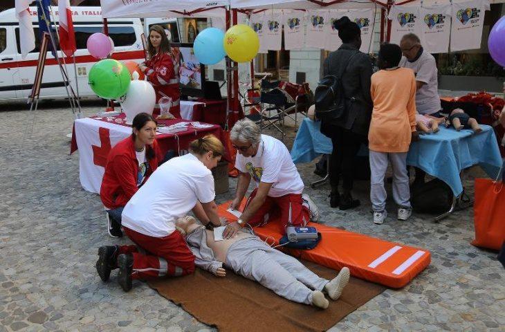 Un cinese dona mascherine ai volontari della Croce rossa di Imola