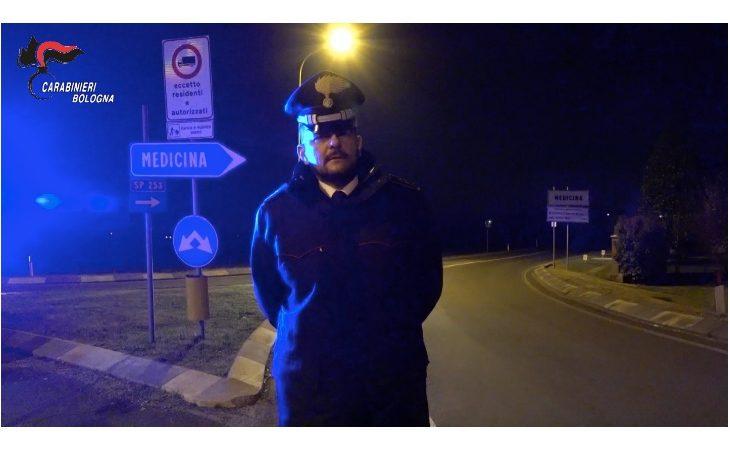 Coronavirus, pattugliamenti e controlli dei carabinieri fuori e all'interno della «zona rossa» di Medicina. I VIDEO