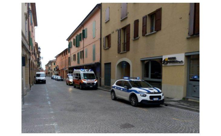 Colto da malore in centro storico, 69enne salvato dall'intervento della polizia locale