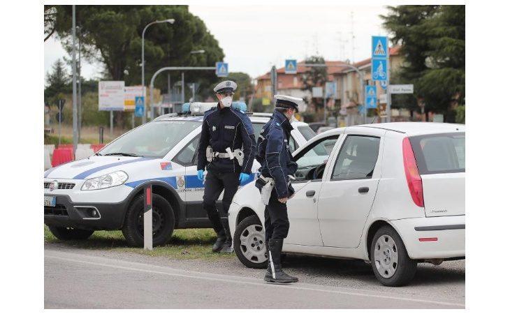 Coronavirus, la polizia locale di Imola sanziona due automobilisti e due giovani in un parco pubblico