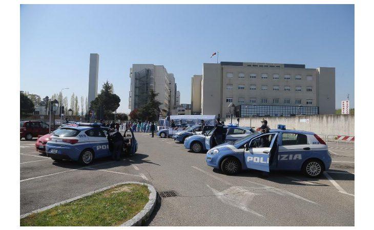 Coronavirus, la polizia di Stato ha salutato e ringraziato gli operatori sanitari dell'ospedale di Imola