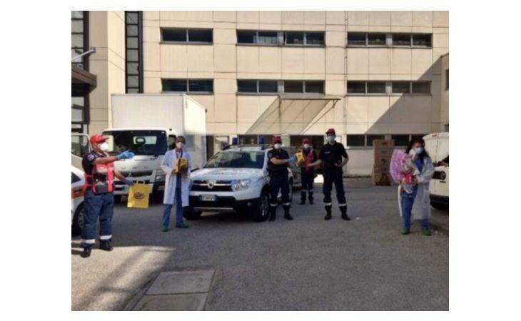 Coronavirus, protezione civile e associazione carabinieri di Mordano portano uova e colombe pasquali all'ospedale di Imola