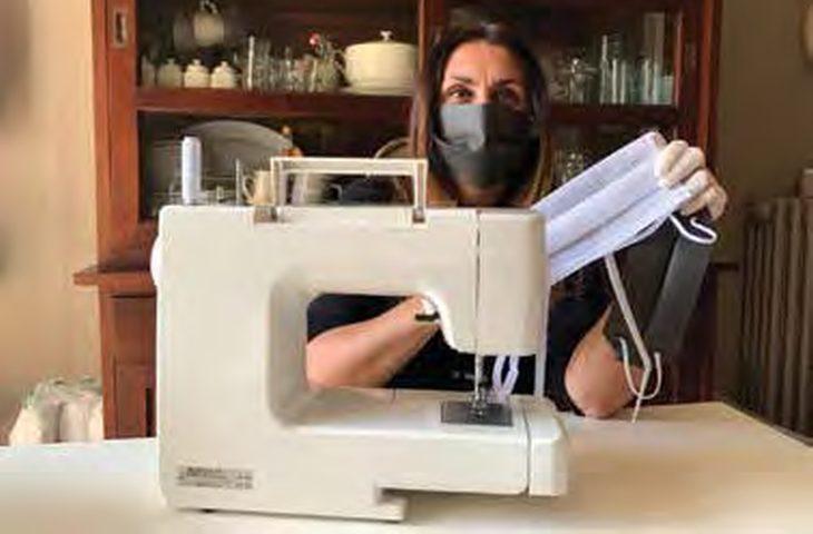 Mascherine, nel «Movimento delle sartine» cuce gratis anche la castellana Barbara Bassini