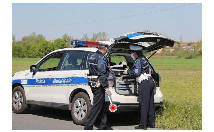 Coronavirus, «beccati» dalla polizia locale in auto o al parco senza un valido motivo