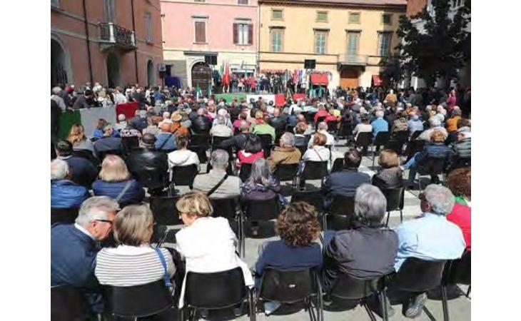 A Imola un sobrio 25 Aprile, con la corona al Monumento al Partigiano e il tricolore sulla facciata del municipio