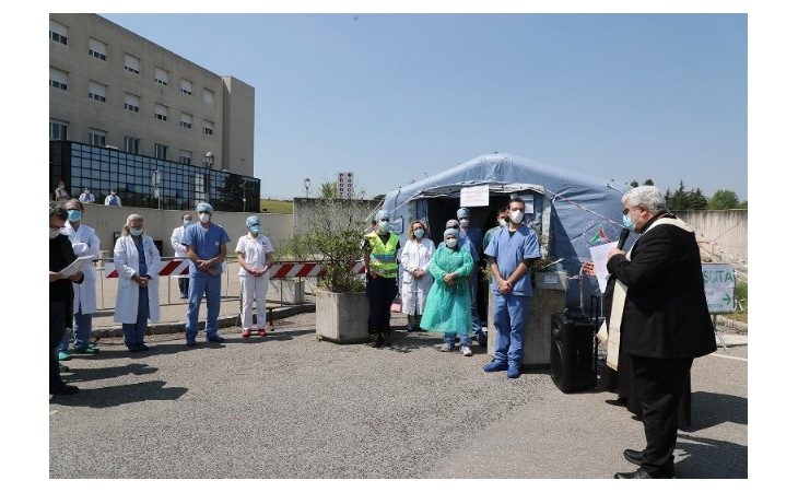 Coronavirus, visita del vescovo di Imola Giovanni Mosciatti all'ospedale di Imola