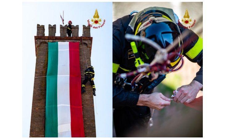 Vigili del fuoco intervengono a Casalfiumanese per mettere in sicurezza il tricolore sulla torre campanaria