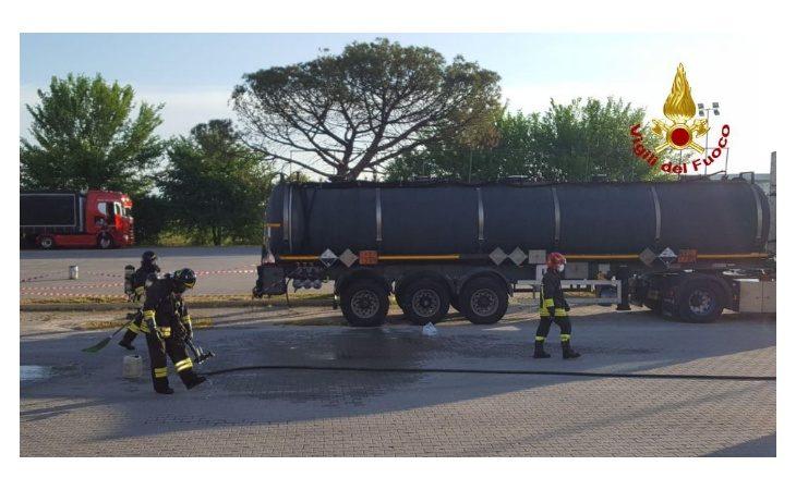 Acido fuoriesce da un camion cisterna, sul posto vigili del fuoco e personale dell'Arpae