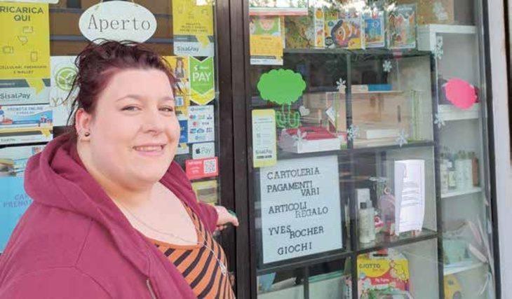 «Un salto in edicola» con Elena e il suo negozio di Bubano che vende anche cartoleria e articoli da regalo
