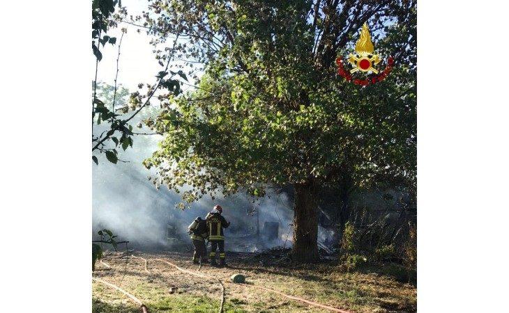 A fuoco un capanno a Medicina, i vigili del fuoco impiegano più di due ore per spegnere l'incendio