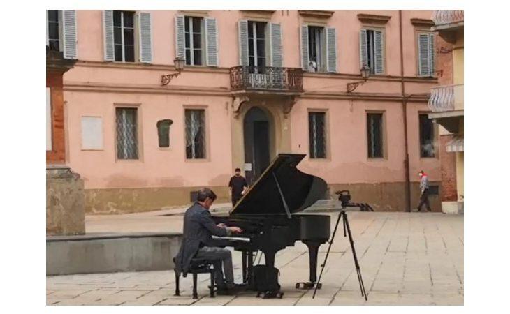 Il mago Casanova suona il pianoforte a Castello per Striscia la Notizia