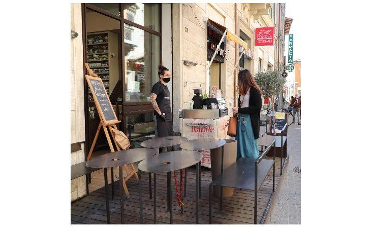 Coronavirus, dal 18 maggio in Emilia-Romagna riaprono spiagge, negozi, ristoranti, bar e parrucchieri
