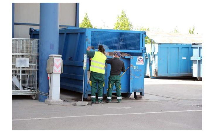 Per ridurre le code all'ingresso delle stazioni ecologiche ora c'è un operatore in più a Imola, Castello, Medicina e Mordano