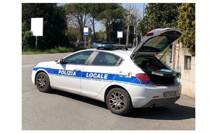 Auto investe due ciclisti a Fusignano, ferito un 84enne imolese