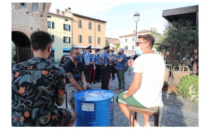 Movida, i consigli di polizia e carabinieri ai gestori dei bar: «Se la situazione degenera, siate voi i primi a chiamarci»