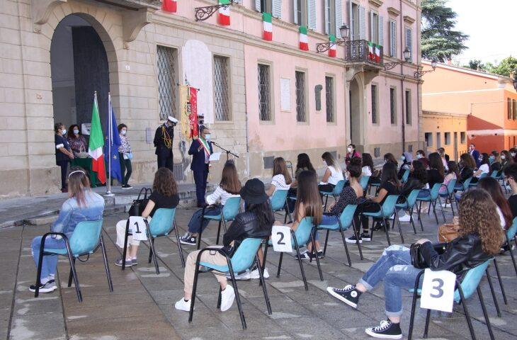 Il sindaco di Castel San Pietro Fausto Tinti ha consegnato la Costituzione a 49 diciottenni