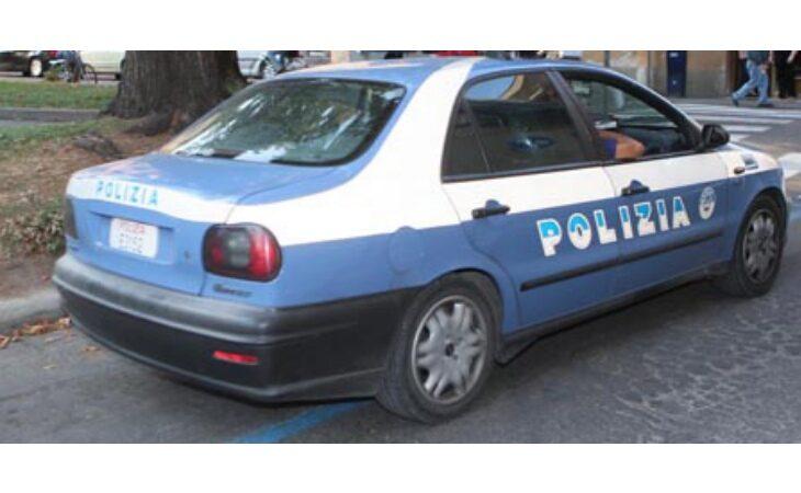 Non si fermano all'alt della polizia, inseguiti e sorpresi con 280 grammi di marijuana nell'auto