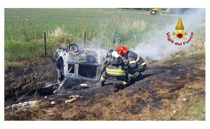 Auto esce di carreggiata in A14 e prende fuoco, un morto