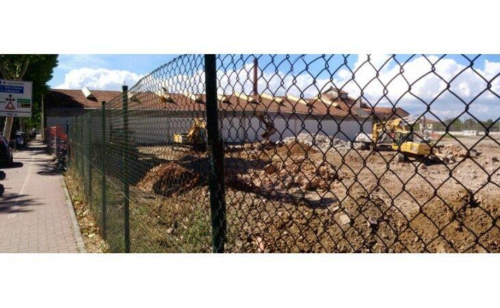 Proseguono i lavori di demolizione degli ex capannoni della Ceramica di Imola
