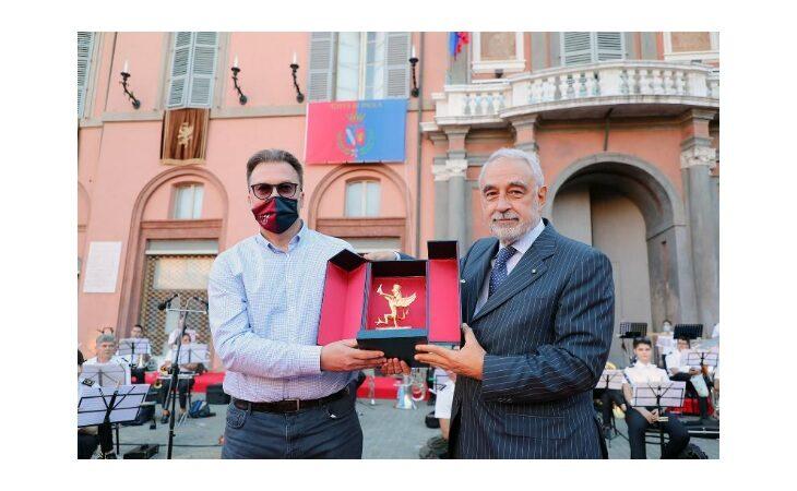Il Commissario Izzo consegna il Grifo Città di Imola al direttore generale dell'Ausl Andrea Rossi