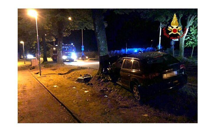 Perde il controllo dell'auto e finisce contro un albero, morto il conducente