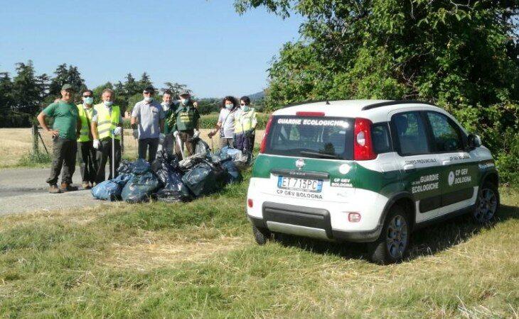 Le Guardie ecologiche volontarie ripuliscono via Braglia a Castello, raccolti 15 sacchi di rifiuti differenziati
