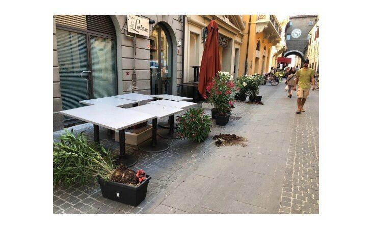 Vandali in azione in centro storico. Vasi rotti, piante sradicate e danni agli arredi