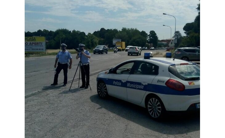 A Castello gli agenti della polizia locale controllano la velocità con un nuovo telelaser