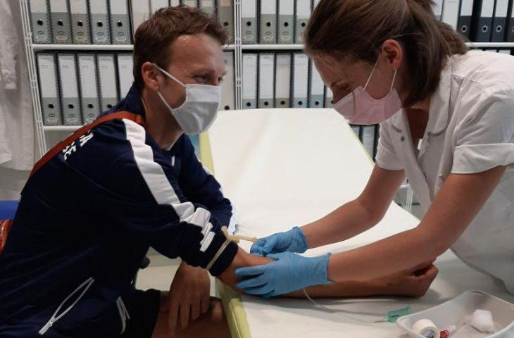 Il triatleta ozzanese David Colgan al fianco di Iret e Ramazzini per promuovere i test sierologici