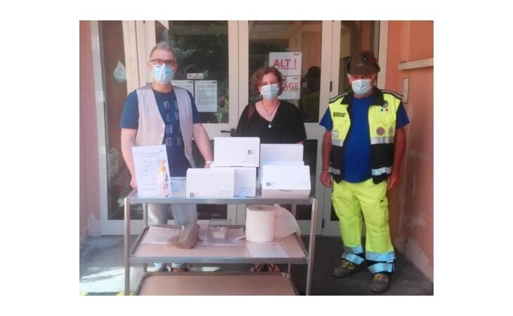 Gli Alpini della Protezione Civile di Castello consegnano 300 mascherine della ditta BF di Osteria Grande alla Casa Protetta Coccinella