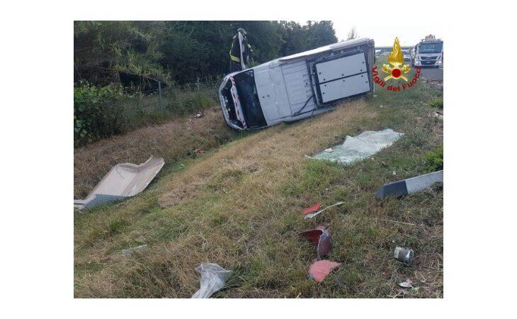 Tir si scontra con un furgone in A14, feriti i conducenti e lunghe code