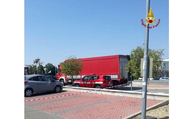 Fuga di gas da un camion che trasporta alimenti, supermercato evacuato