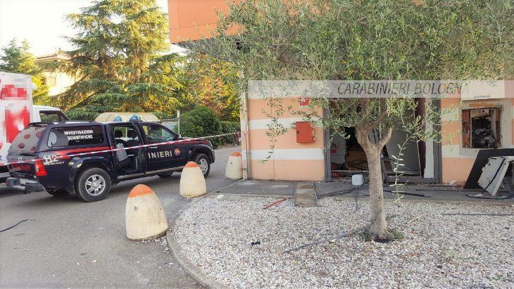 Esplosione nella notte a Imola, ladri in fuga con il denaro del bancomat