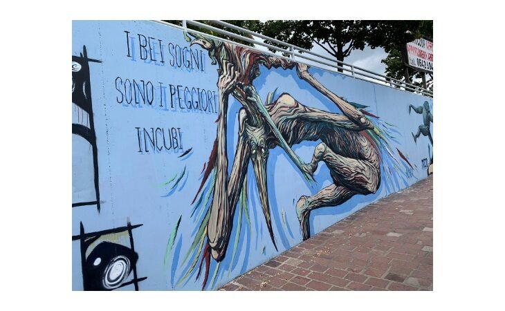 Gli street artist dell'associazione Noi Giovani al lavoro per pulire e realizzare nuove opere nella galleria di murales alla stazione di Imola