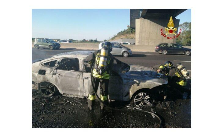 Auto prende fuoco in A14, conducente mette in salvo moglie e figlio e chiama i soccorsi