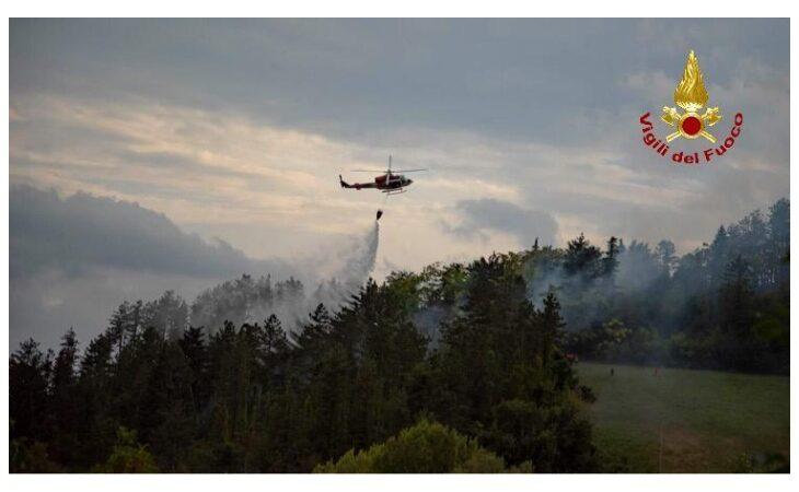 Incendio Monte Battaglia, aria secca e vento aiutano il fronte del fuoco a rimanere attivo