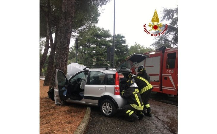 Fiat Panda esce di strada e si schianta contro un pino, conducente trasportato al Maggiore
