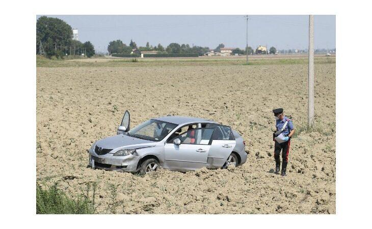 Perde il controllo dell'auto e si ribalta in un campo, grave 61enne