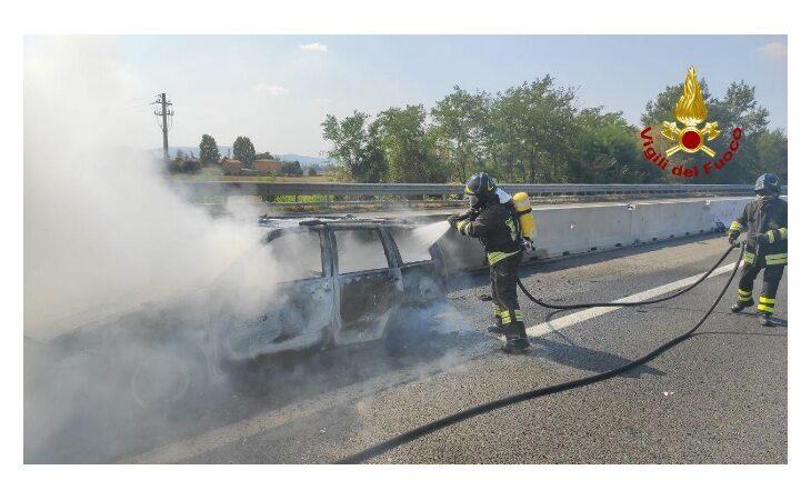 Auto prende fuoco in A14, illesi i due uomini a bordo