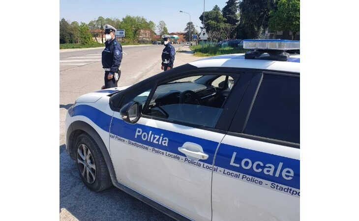 Tampona un'auto al semaforo e si rifiuta di sottoporsi all'alcol test, 44enne denunciato