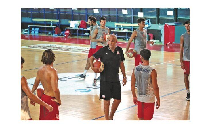 Basket serie B, il coach dell'Andrea Costa Paolo Moretti sfoglia il calendario: «Subito le forti? Meglio così»