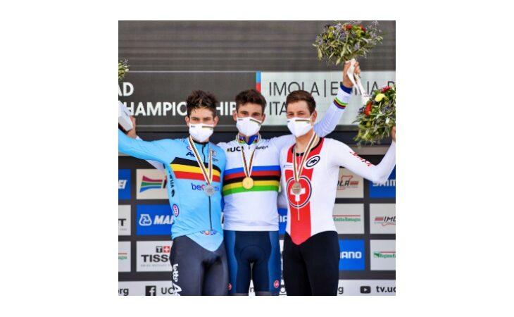Rappresentanti dell'Ausl di Imola premiano i ciclisti sul podio Mondiale