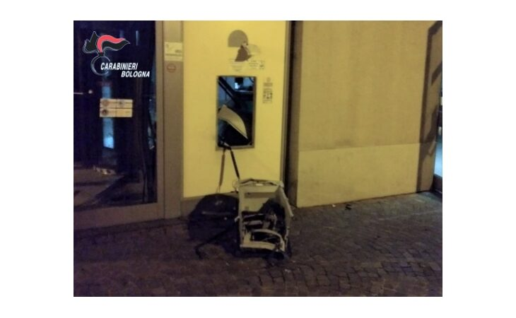 Fanno saltare il bancomat e scappano con il denaro, sull'episodio indagano i carabinieri