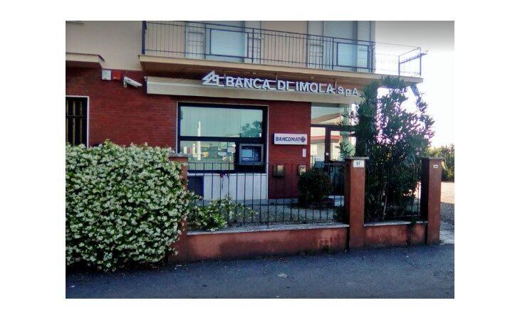 Dopo il «colpo» riaperta al pubblico la filiale della Banca di Imola di Spazzate Sassatelli