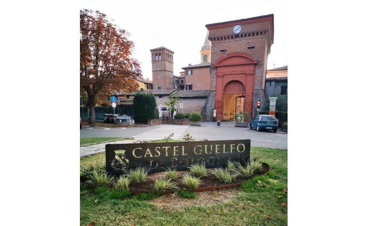 A Castel Guelfo targhe con nome e stemma del paese grazie a Pro loco e fondi del pranzo di Sant'Agnese
