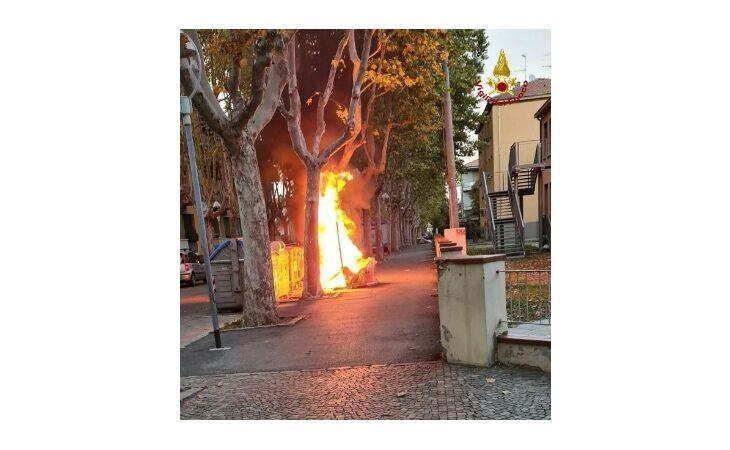A fuoco alcuni cassonetti, fiamme alte di fronte ad un condominio