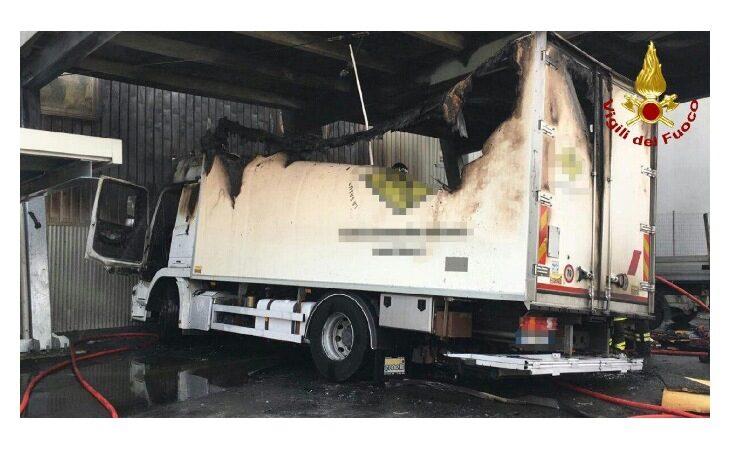 A fuoco camion di medicinali in un'azienda, coinvolti altri due mezzi